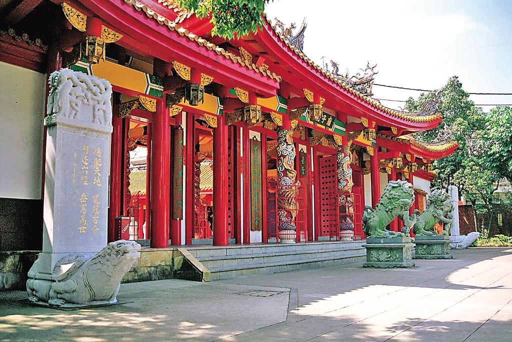 孔子廟は、色あざやかな中国華南と華北地方の建築様式が合体した中国本廟の伝統美きわまる彩り豊かな極彩色の廟宇です。